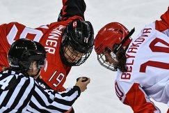 Российская хоккеистка Людмила Белякова и игрок сборной Канады Брианн Дженнер (справа налево)