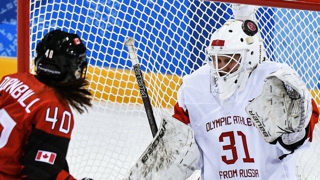 Игрок сборной Канады Блейр Тернбулл (слева) и российская хоккеистка Надежда Александрова