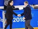 Главный тренер сборной Канады Лаура Шулер и главный тренер российских хоккеисток Алексей Чистяков