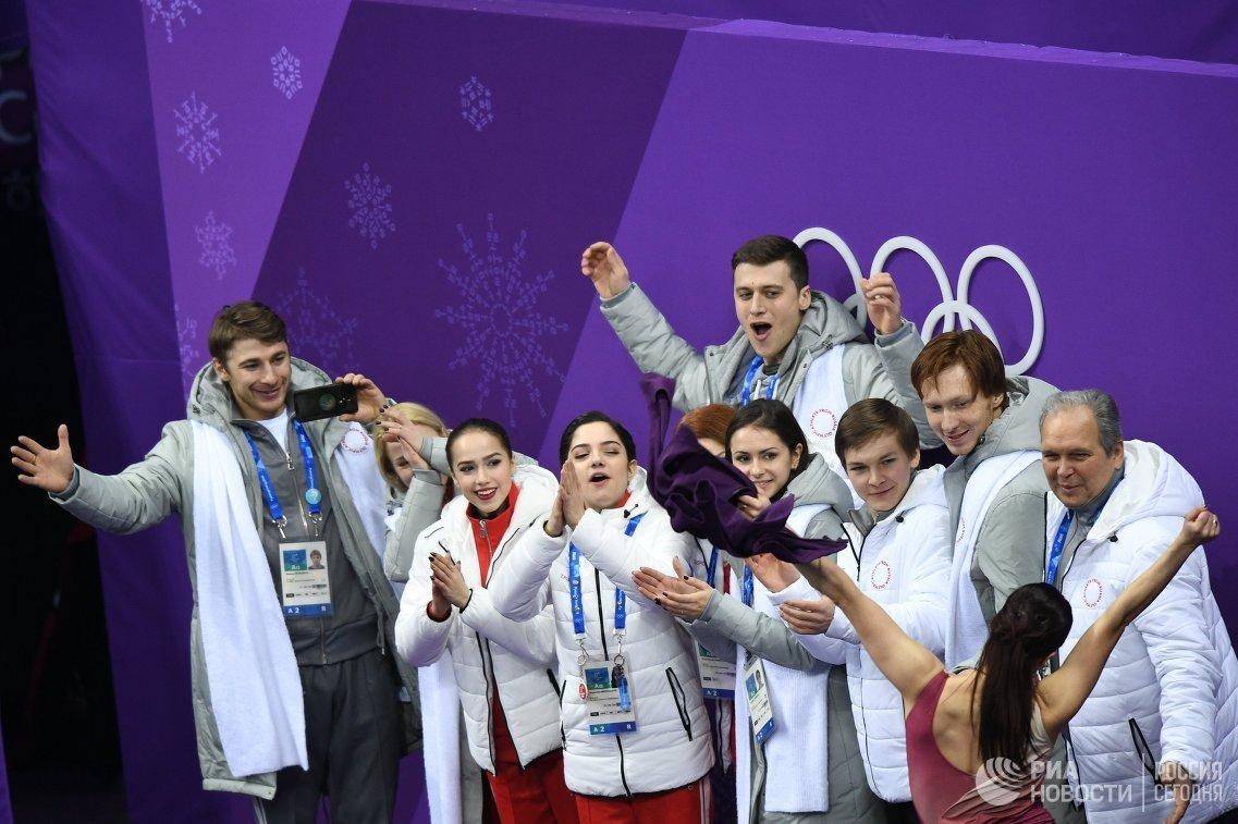 Российская сборная во время выступления Екатерины Бобровой и Дмитрия Соловьева