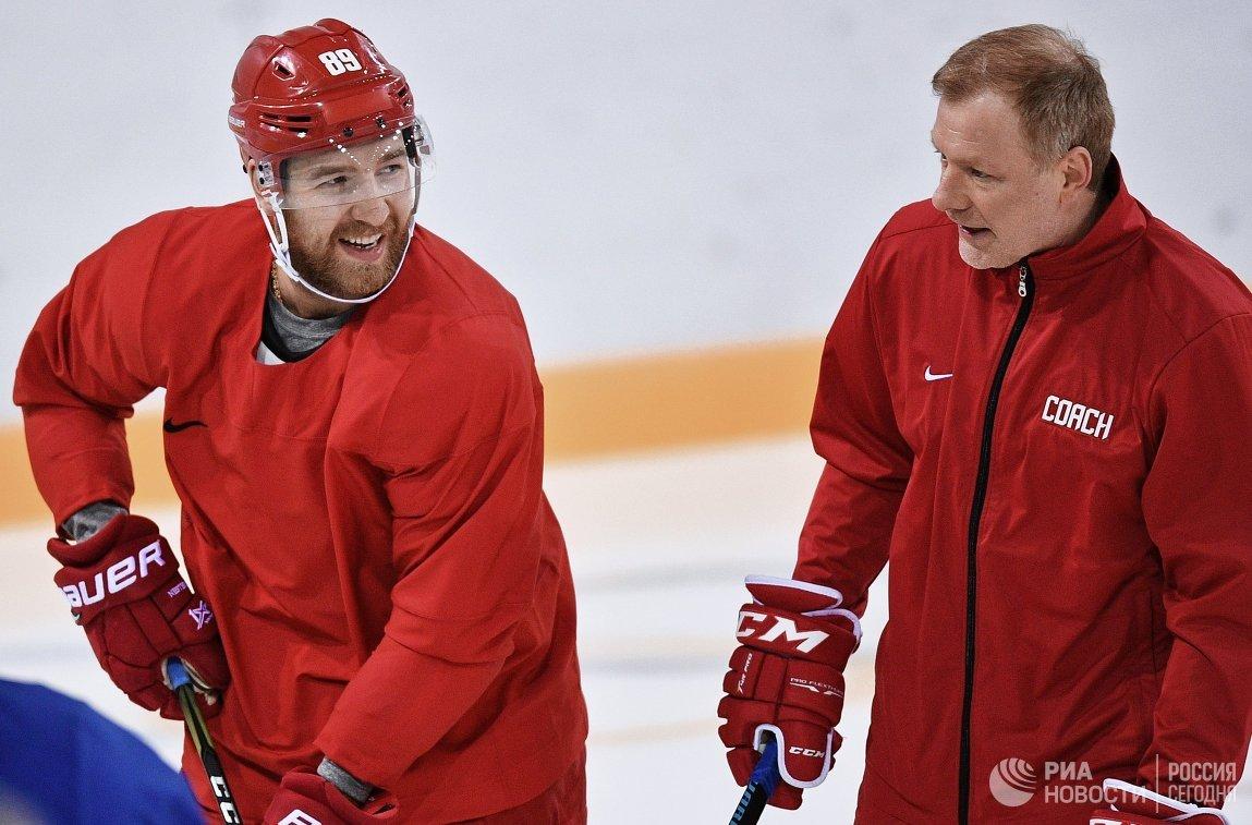 Российский хоккеист Никита Нестеров (слева)