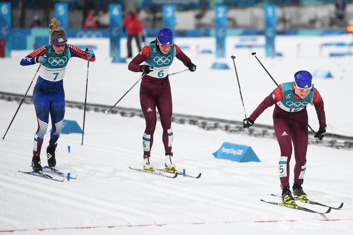 Джессика Дуггинс (США) и российские спортсменки Наталья Непряева и Юлия Белорукова (слева направо)