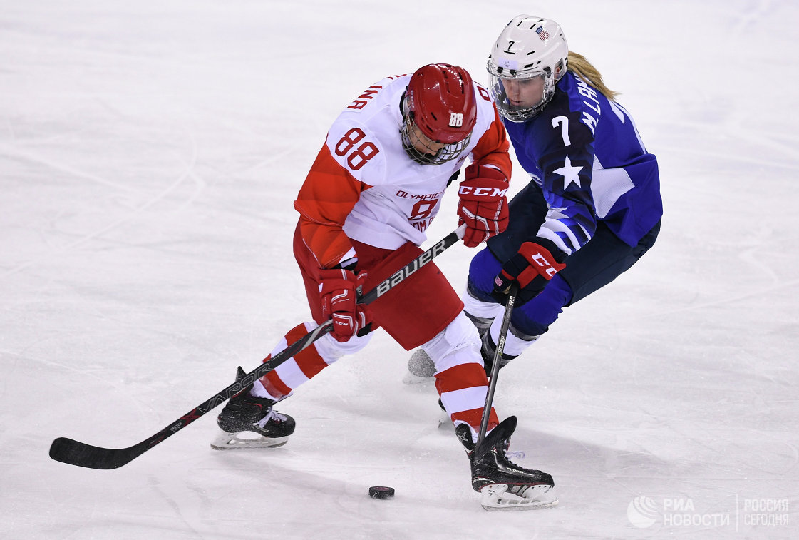 Российская хоккеистка Екатерина Смолина (слева) в матче против США