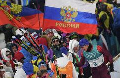 Российский спортсмен Александр Большунов (справа)