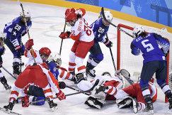 Борьба у ворот российской сборной во время матча США - Россия