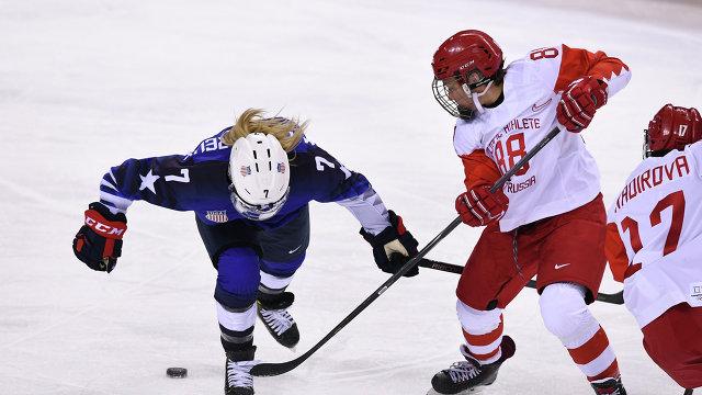 Российская хоккеистка Екатерина Смолина (справа) в матче против США