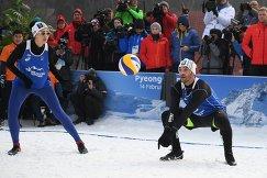 Спортсмены в показательном матче по зимнему волейболу
