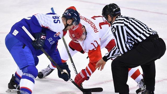 Российский хоккеист Сергей Андронов (в центре) и форвард сборной Словакии Петер Олвецкий
