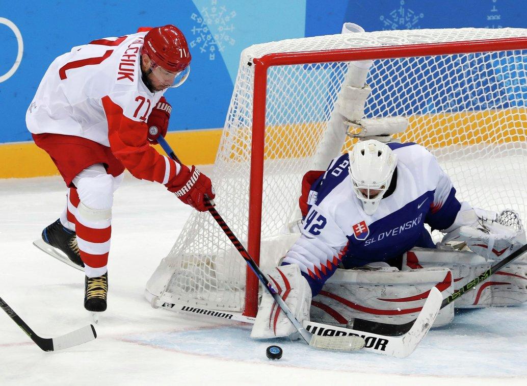 Российский хоккеист Илья Ковальчук (слева) и голкипер сборной Словакии Бранислав Конрад