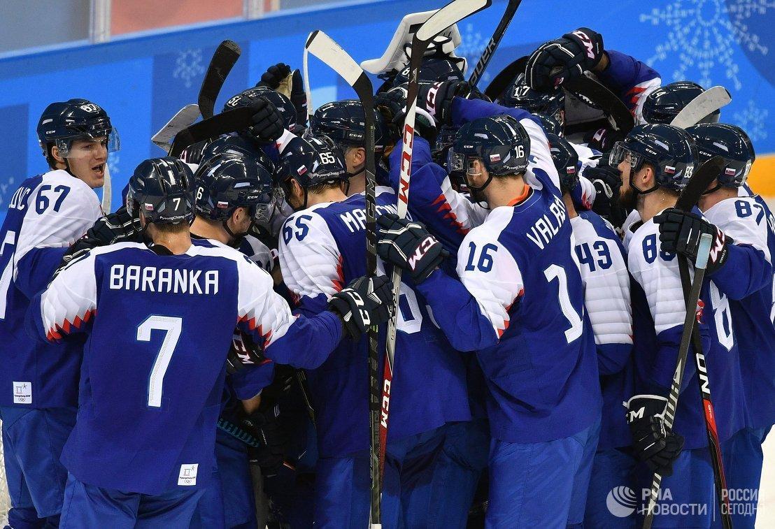 Хоккеисты сборной Словакии радуются победе