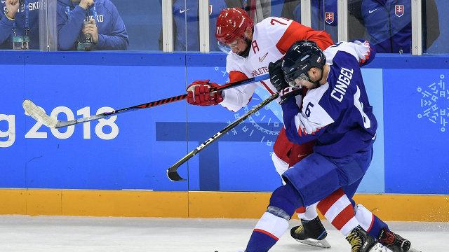 Нападающий сборной России Илья Ковальчук (слева) и форвард сборной Словакии Лукаш Цингел