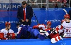 Игровой момент матча Словакия — Россия. На втором плане - главный тренер российской команды Олег Знарок.