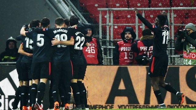 Футболисты Атлетика радуются забитому голу