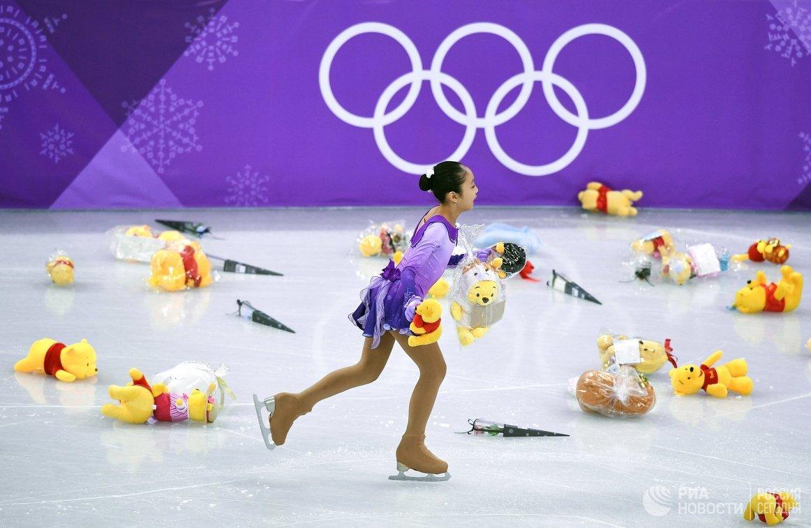Мягкие игрушки на льду после выступления Юдзуру Ханю