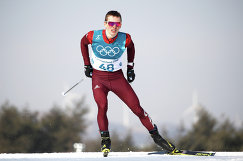 Лыжник Денис Спицов во время индивидуальной гонки на 15 км