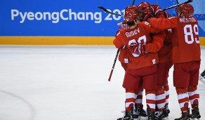 Российские хоккеисты радуются забитой шайбе