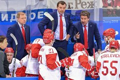 Харийс Витолиньш, Олег Знарок и Алексей Жамнов (справа налево на втором плане)