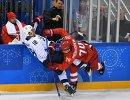 Нападающие сборной России Николай Прохоркин (справа) и сборной США Джордан Гринуэй