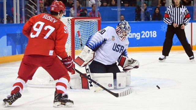 Нападающий сборной России Никита Гусев (слева) и вратарь сборной США Райан Запольски
