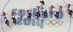 Олимпийские игры 2014 года. Хоккеисты сборных России и США благодарят друг друга после матча