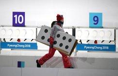 Волонтер на огневом рубеже спринтерской гонки в соревнованиях по биатлону среди женщин на Олимпийских играх в Пхенчхане