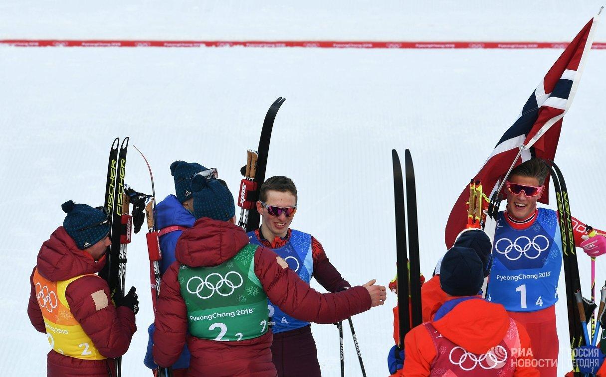 Российские и норвежские лыжники после финиша эстафеты 4 по 10 км на ОИ-2018