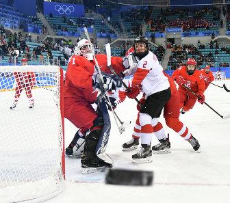 Голкипер сборной России Валерия Тараканова (слева) и канадская хоккеистка Меган Агоста