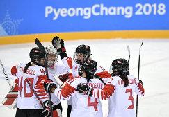Хоккеистки сборной Канады радуются победе