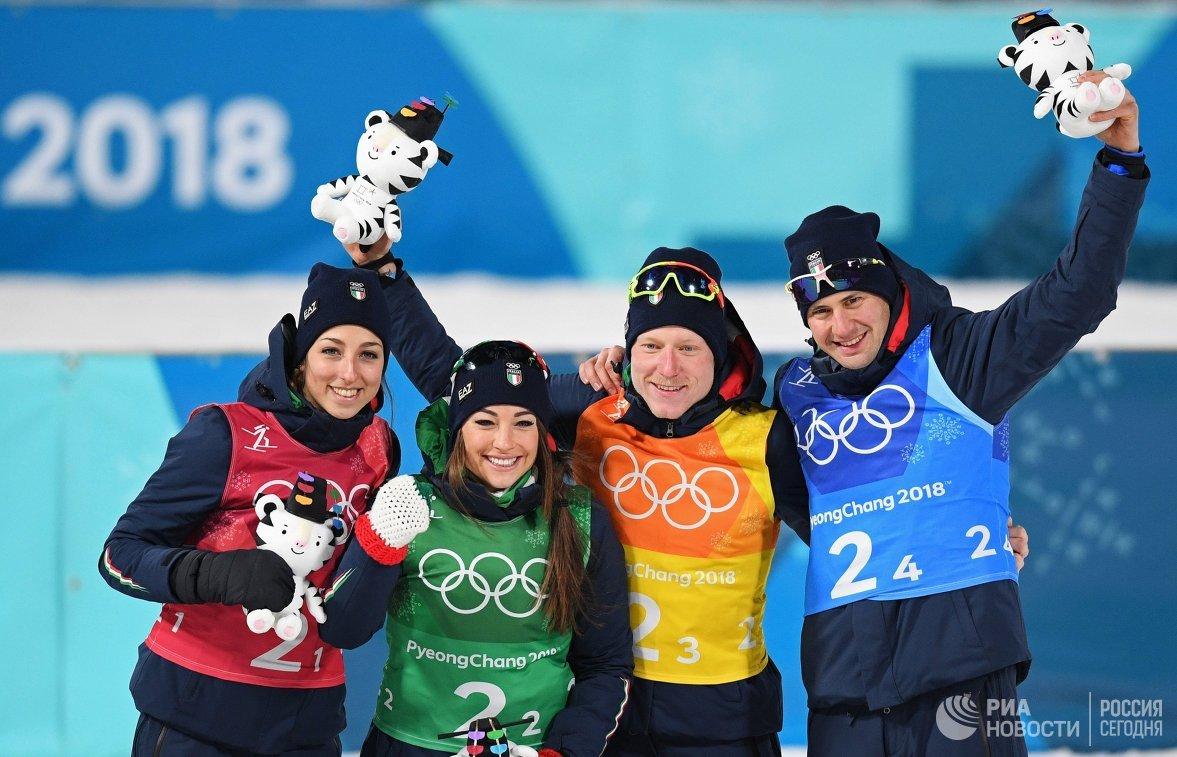 Итальянские биатлонисты Лиза Виттоцци, Доротея Вирер, Лукас Хофер и Доминик Виндиш (cлева направо)