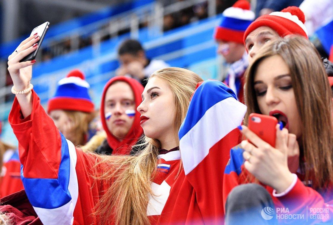Российские болельщицы во время четвертьфинального матча Россия - Норвегия по хоккею среди мужчин