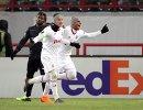 Футболисты Локомотива Ари и Игорь Денисов (справа налево) радуются забитому мячу