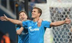 "Футболисты ""Зенита"" Далер Кузяев и Александр Кокорин (справа) радуются забитому мячу"