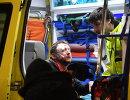 Врачи оказывают медицинскую помощь болельщику, пострадавшему во время столкновения фанатов перед матчем Атлетик - Спартак