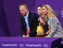 Евгения Медведева (в центре) и Этери Тутберидзе