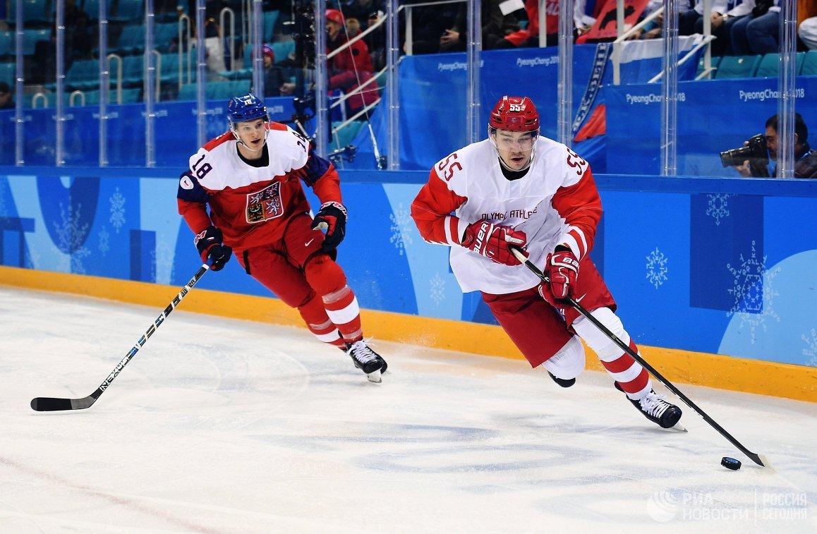 Нападающий сборной Чехии Доминик Кубалик (слева) и защитник сборной России Богдан Киселевич