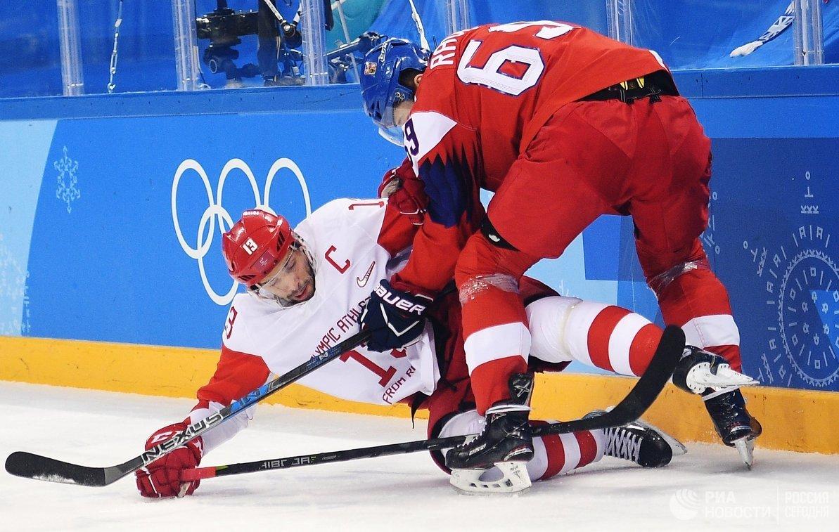 Нападающие сборной России Павел Дацюк (слева) и сборной Чехии Лукаш Радил