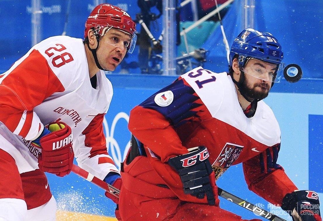 Защитник сборной России Андрей Зубарев (слева) и нападающий сборной Чехии Роман Горак