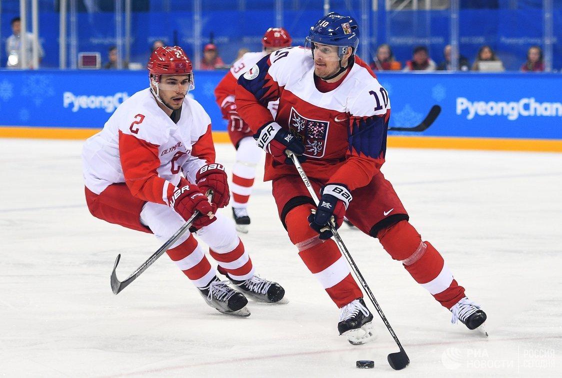 Защитник сборной России Артем Зуб (слева) и нападающий сборной Чехии Роман Червенка