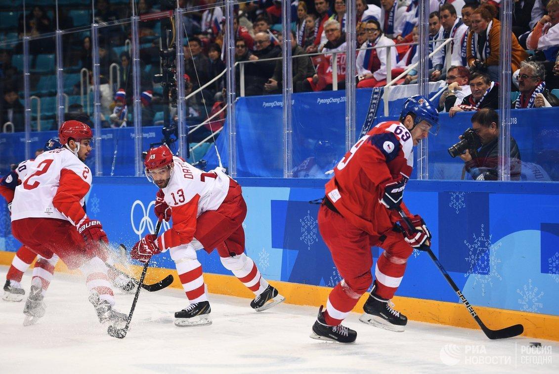 Защитник сборной России Артем Зуб, нападающий сборной России Павел Дацюк и нападающий сборной Чехии Лукаш Радил (слева направо)