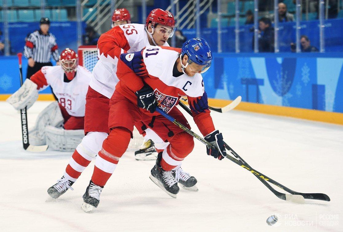 Нападающий сборной Чехии Мартин Эрат (справа) и защитник сборной России Богдан Киселевич