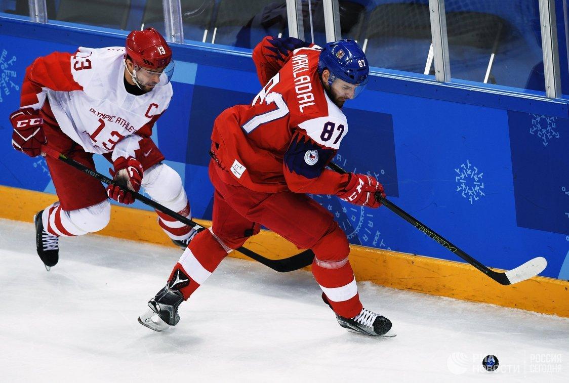 Нападающий сборной России Павел Дацюк (слева) и защитник сборной Чехии Якуб Накладал