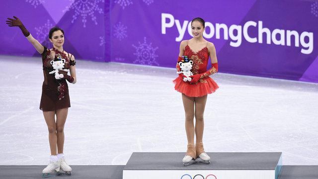 Евгения Медведева и Алина Загитова (справа)