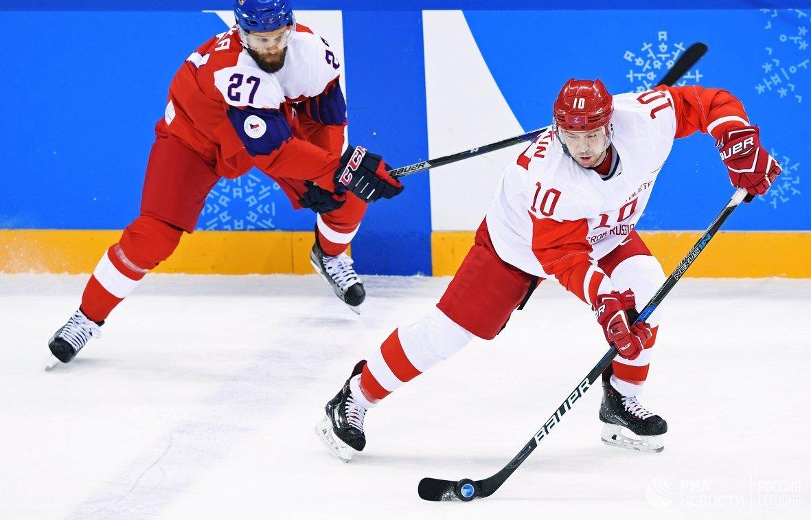 Нападающие сборной Чехии Мартин Ружичка (слева) и сборной России Сергей Мозякин