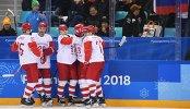 Хоккеисты сборной России радуются забитой шайбе