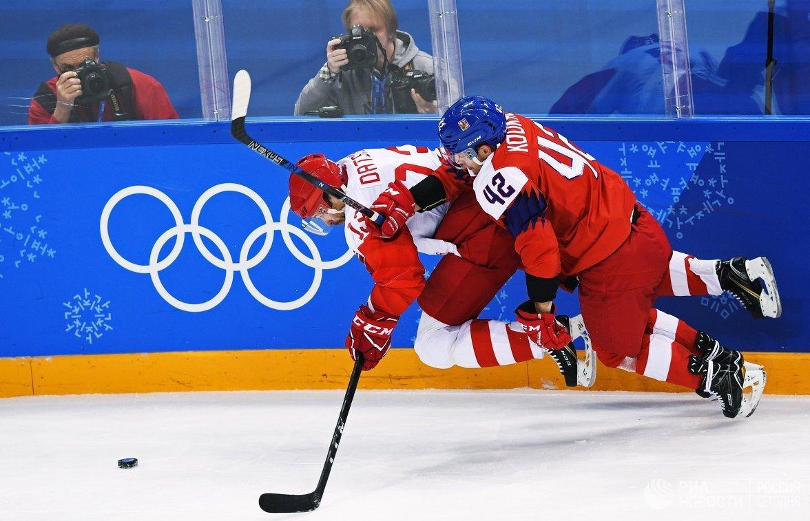 Нападающие сборной России Павел Дацюк (слева) и сборной Чехии Петр Коукал