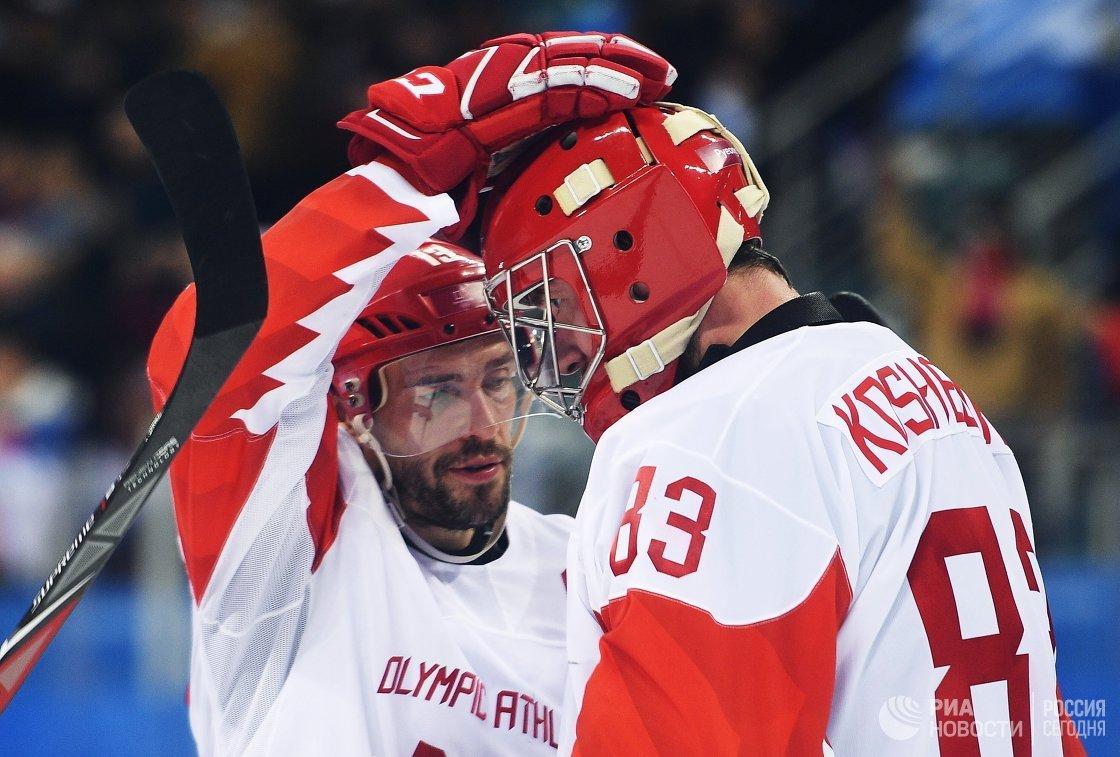 Хоккеисты сборной России Павел Дацюк (слева) и Василий Кошечкин