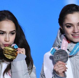 Алина Загитова (слева) и Евгения Медведева
