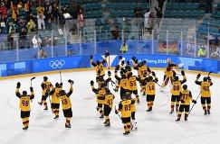 Хоккеисты сборной Германии радуются победе