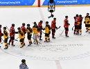 Хоккеисты сборных Канады и Германии после окончания матча