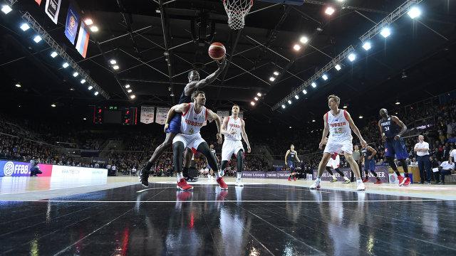 Игровой момент матча сборных Франции и России по баскетболу